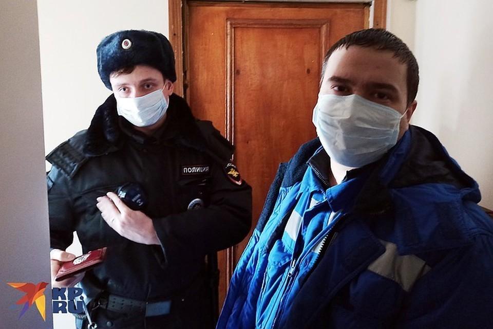 Контролировать температуру и брать анализы к Дарье врачи приезжают только в сопровождении полиции. На случай, если она откажется.
