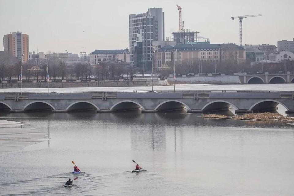 Человек прыгнул с моста в центре Челябинска.