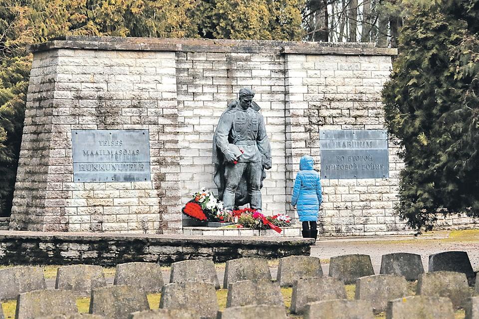 Памятник воину - освободителю Таллина от немецко-фашистских захватчиков «Бронзовый Солдат» из центра столицы перенесли на военное кладбище. Фото: Валерий ШАРИФУЛИН/ТАСС