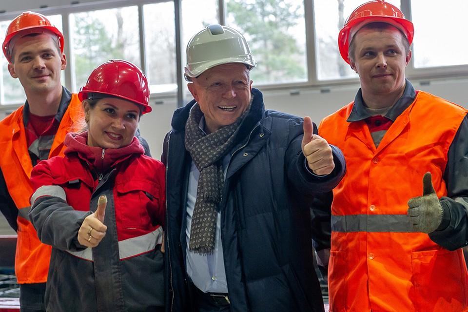 Генеральный директор СК «ЛенРусСтрой» Леонид Кваснюк с рабочими КДСК.