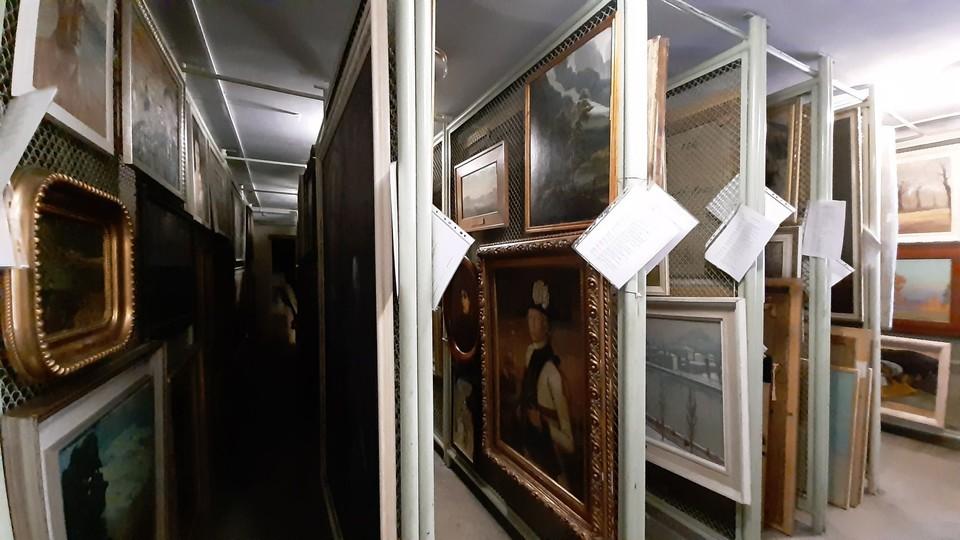 Вот в таких условиях приходится хранить произведения искусств, которым 20 и более лет.