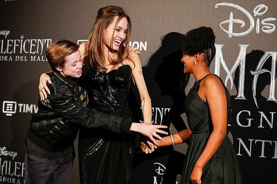 Анджелина Джоли рассказала о трудностях, с которыми столкнулась она и ее дочери