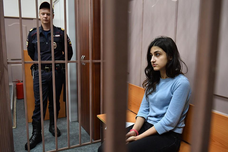 Одна из сестер Хачатурян Крестина, обвиняемая в убийстве своего отца Михаила Хачатуряна, в Басманном суде Москвы.
