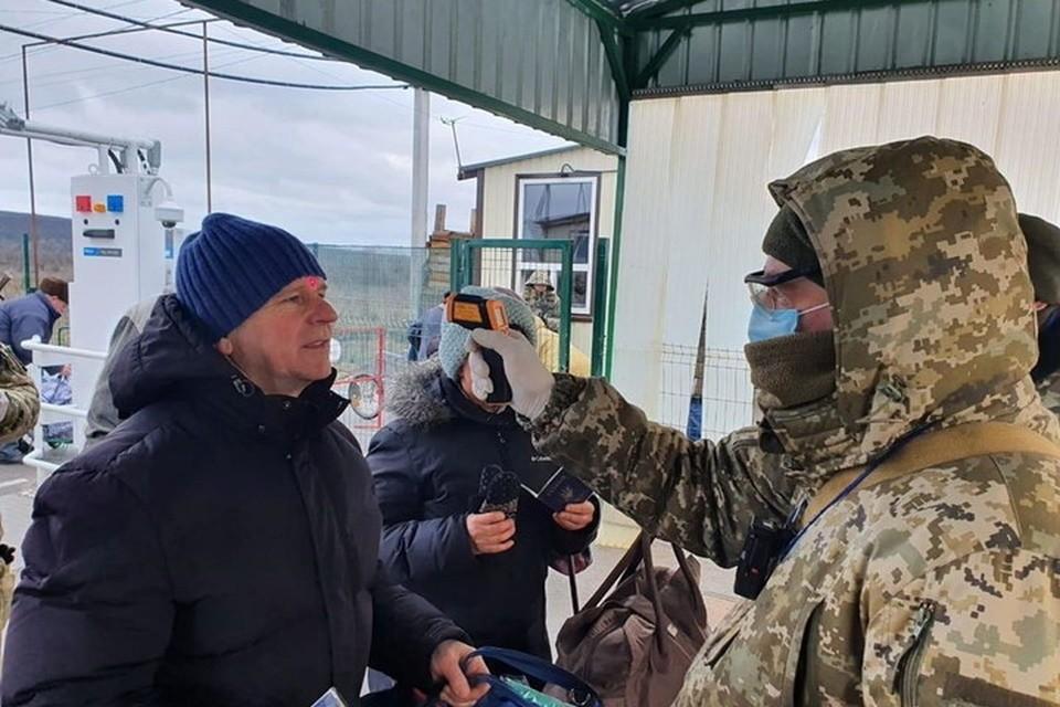 На украинских пунктах пропуска в Донбассе усилен контроль за дончанами, но вскоре КПП могут и вовсе закрыть. Фото ГПСУ