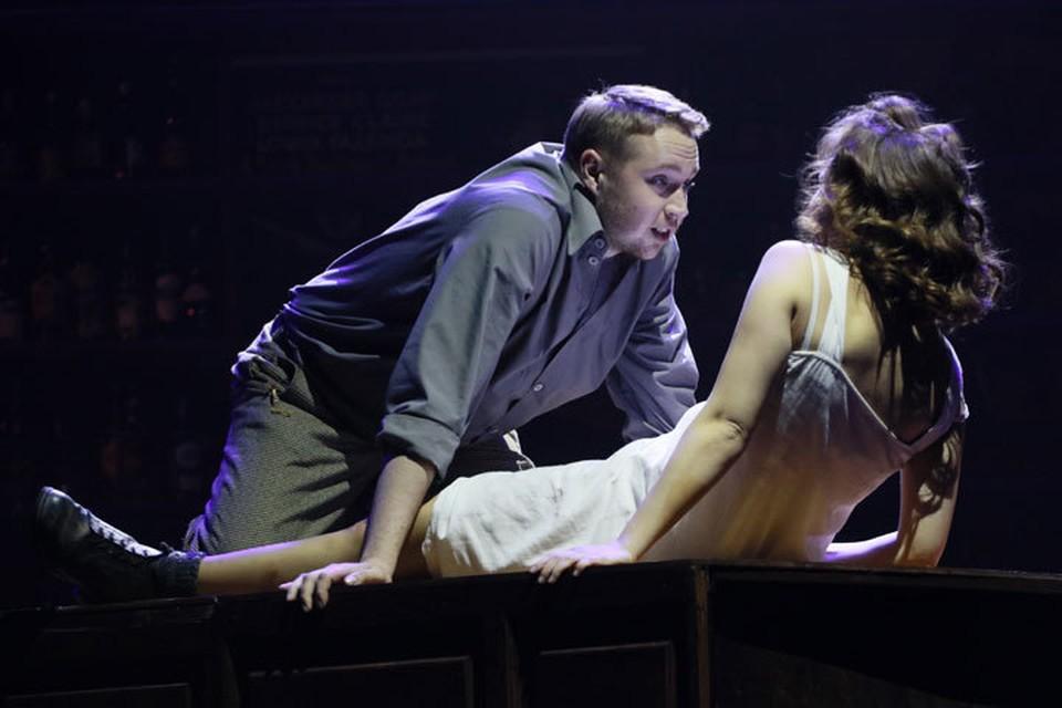 Захудалая американская пивнушка, в которой разворачивается действие на сцене театра драмы, становится перекрестком случайных встреч.