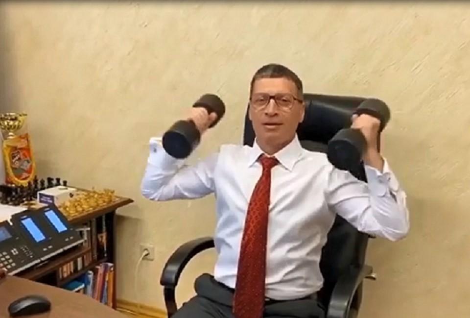 Чиновник продемонстрировал упражнения, не отходя от рабочего места. Фото: скриншот видео