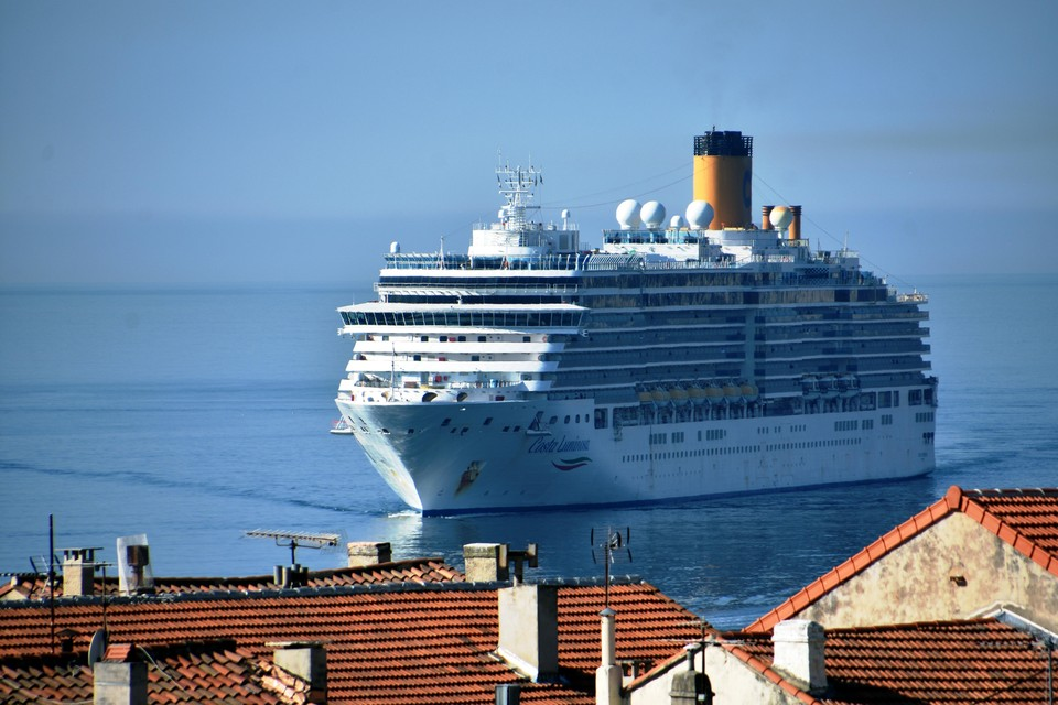 Корабль Costa Luminosa прибыл в Савону 21 марта. На его борту выявлено 84 заболевших коронавирусом. Их изолировали в специальных каютах.