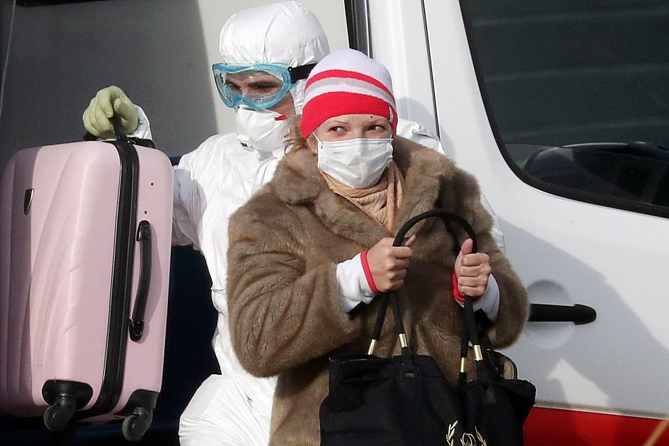 Эпидемиологи видят, что пациенты с коронавирусом либо сами приехали из-за границы, либо общались с родственниками, вернувшимися из дальних стран. Фото: Сергей Карпухин/ТАСС