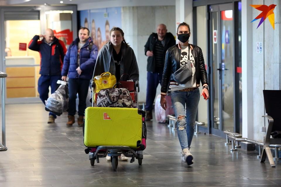 В аэропорту Минска сегодня уныло: теперь тут не ходят толпами пассажиры, не суетятся таксисты, не ездят вереницами автомобили и автобусы.