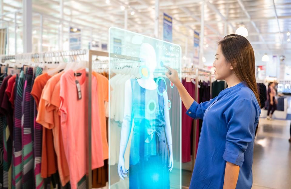 Дизайнеры предлагают купить вещь виртуально. Фото: shutterstock.com