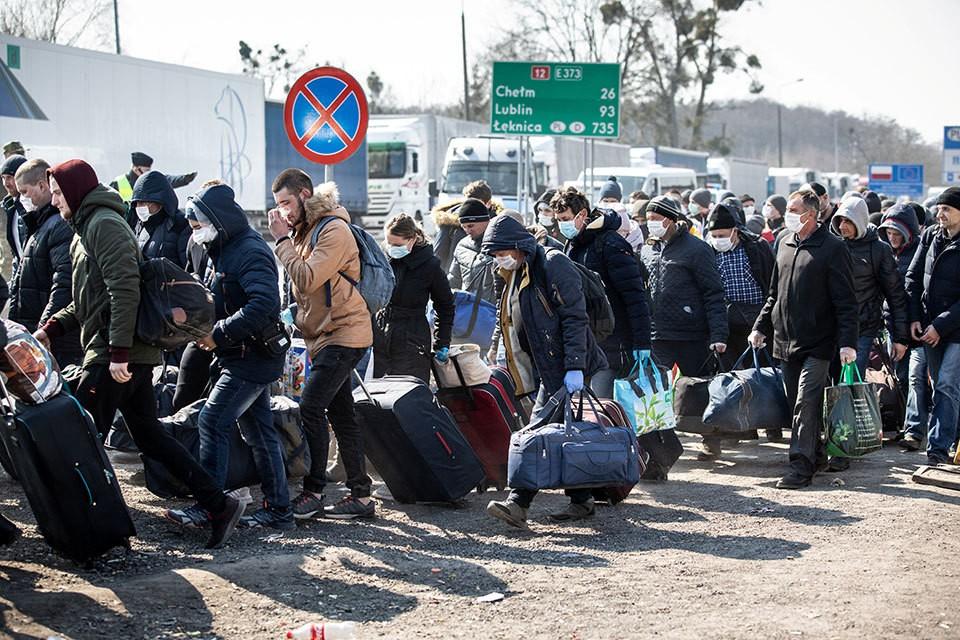 Люди выстраиваются в огромные очередь, чтобы пересечь границу Украины.