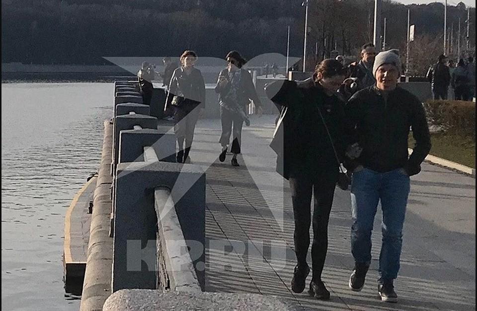 """Пара мирно прогуливалась по набережной и любовалась видами Москва-реки. Фото: Предоставлено """"КП"""""""