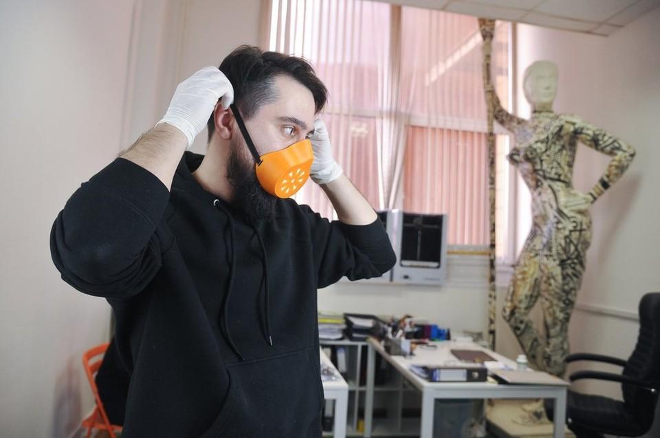 В Нагатино изготавливают на 3D-принтере защитные маски.