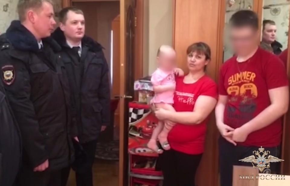 Полицейские и семья спасенного мальчика.