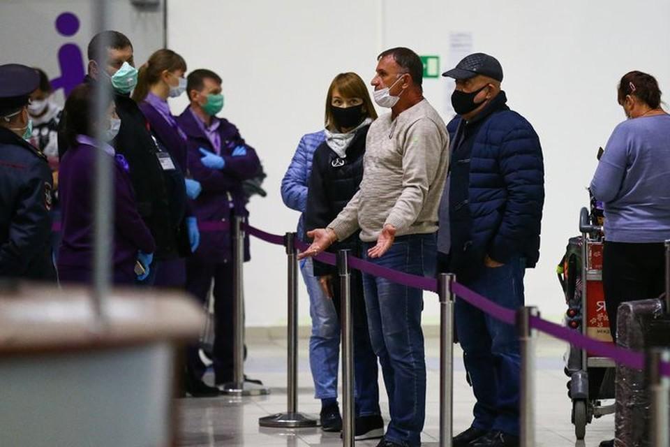 Прибывшим в страну пришлось разъяснять о мерах профилактики. Фото: Vl.ru