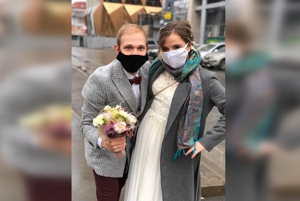 Молодожены не стали ждать окончания карантина и решили сыграть свадьбу онлайн. Фото: Екатерина Мостепан