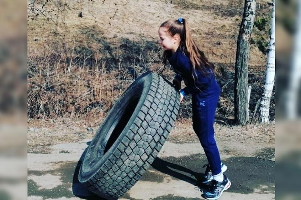 Каролина сумела поднять шину в 70 килограммов 14 раз за одну минуту. Фото: предоставлено Еленой Черных.
