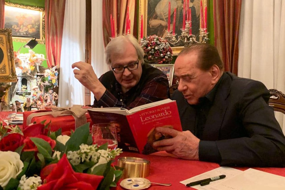 Слева направо: Витторио Згарби демонстрирует Сильвио Берлускони свою новую книгу