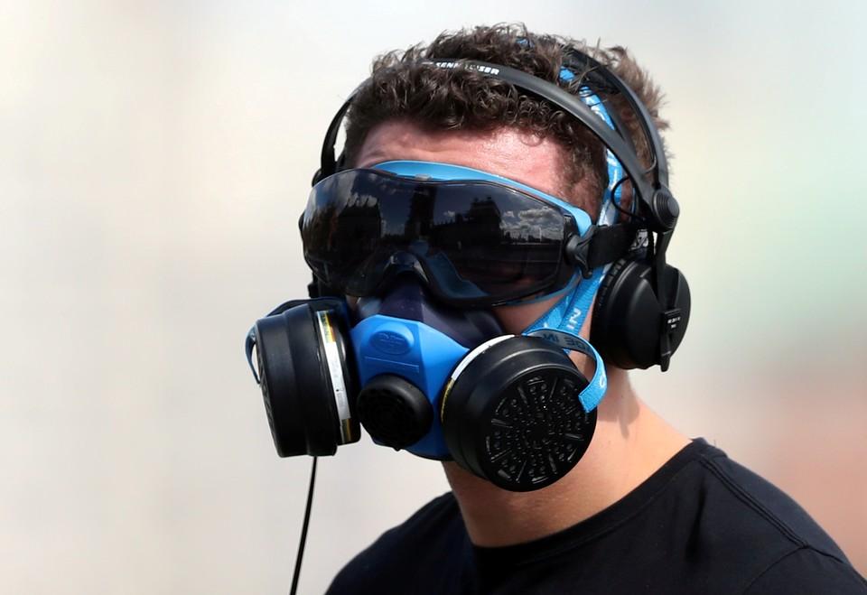 """Прохожий в """"защите от коронавируса"""" на Вестминстверском мосту в Лондоне."""