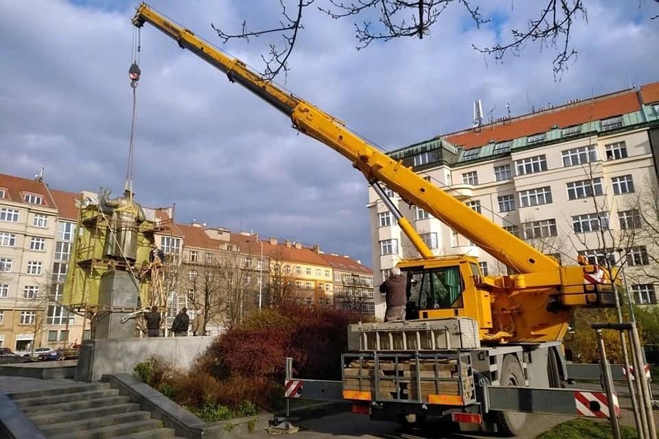 В Праге демонтировали памятник маршалу Ивану Коневу