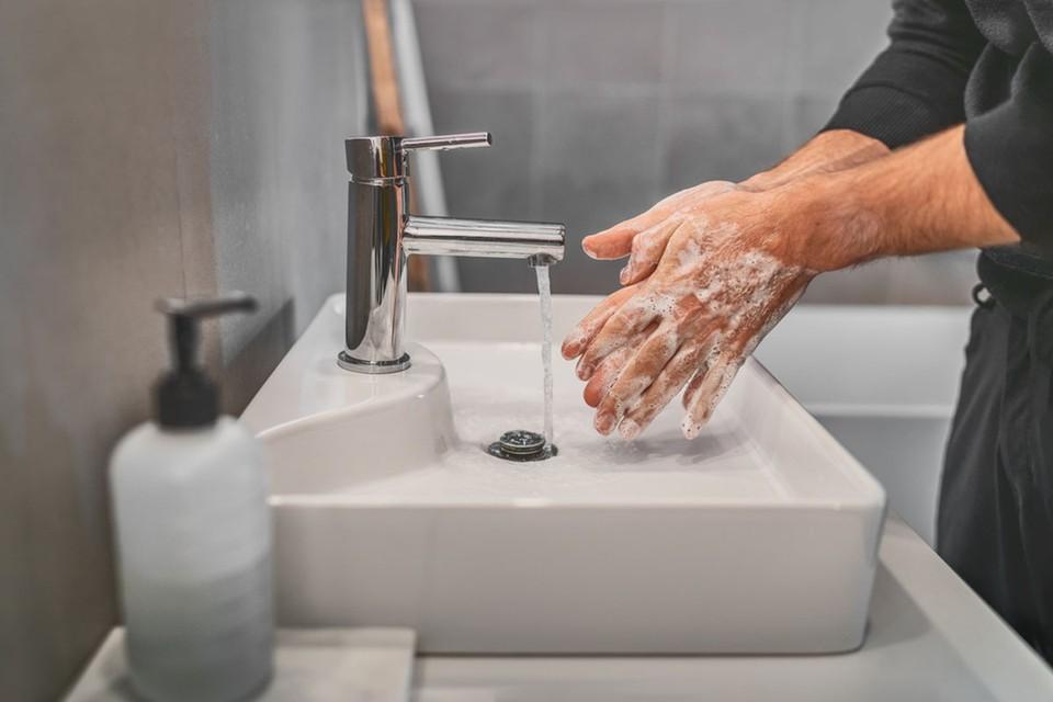 Научный журналист Роберт Рой Бритт, популяризатор науки, на сайте Medium.com разбирался в вопросе, чем и как нужно обрабатывать руки, чтобы снизить риск заражения коронавирусом.