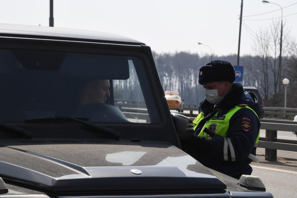 Граждан попросили не выходить из автомобилей и выполнять все требования сотрудников