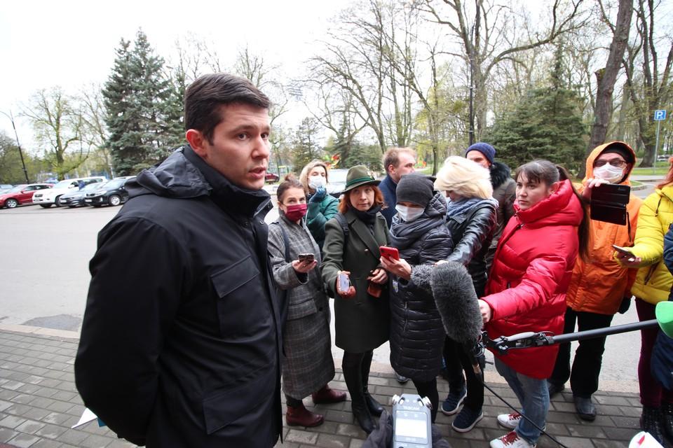 Антон Алиханов вышел к журналистам в маске, но затем снял ее.