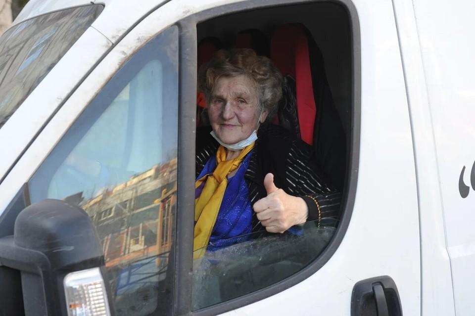 80-летняя блокадница из Санкт-Петербурга Галина Яковлева развозить продукты и вещи первой необходимости тем, кто нуждается в помощи.