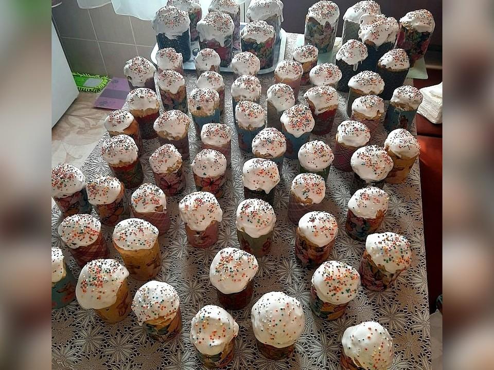 Все эти куличи испекла волонтер на своей домашней кухне. Фото: благотворительное движение «Искорка Фонд»