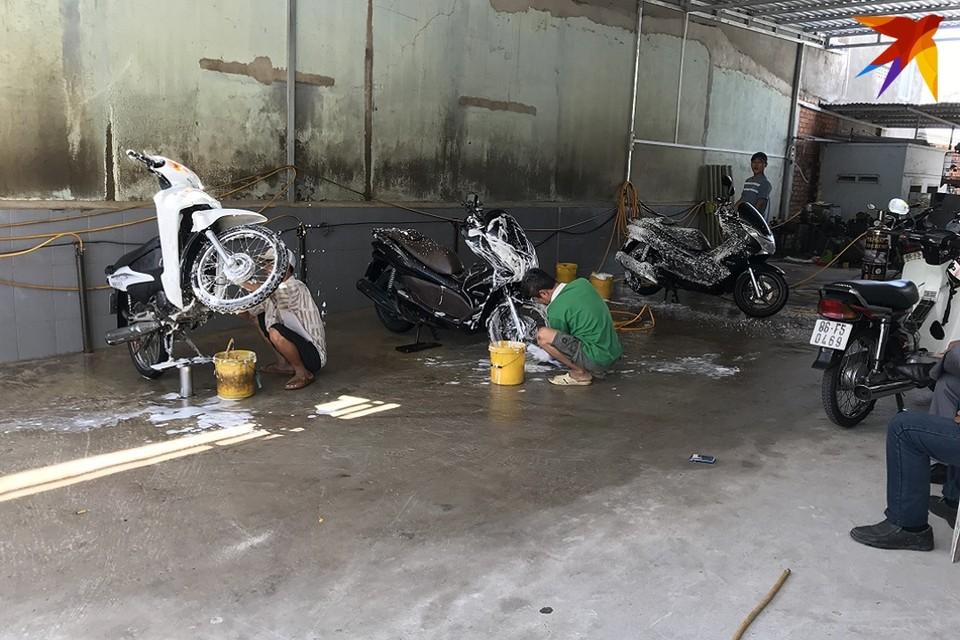 Вьетнам постепенно отменяет карантин - но меры безопасности местные жители продолжают соблюдать.
