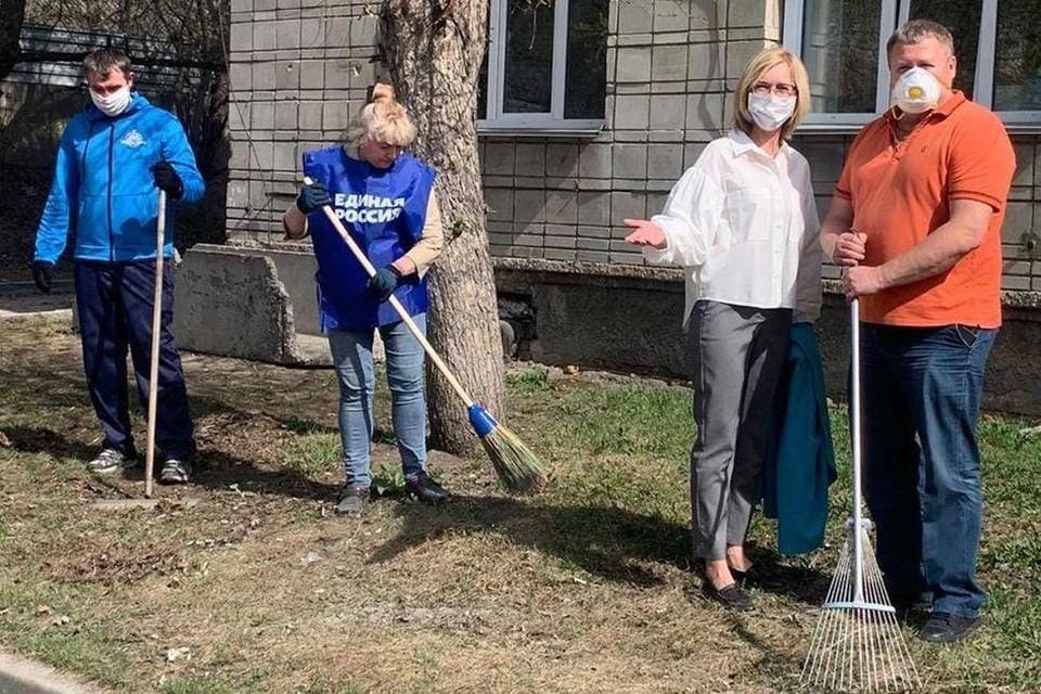 Субботник спасибо врачам: Одна из важных инициатив - уборка на территории больницы. Фото: Пресс-служба Законодательного собрания Новосибирской области