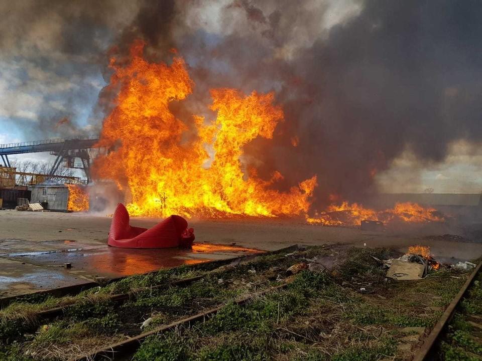Открытый огонь удалось сбить Фото: МЧС Москвы