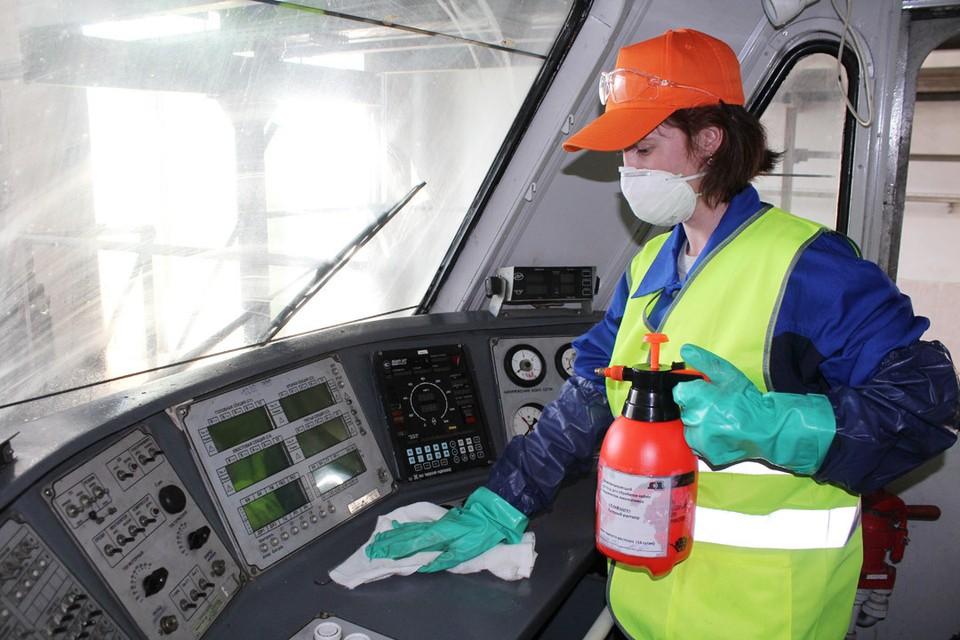 Дезинфицирующим раствором обрабатывают все поверхности в кабинах электровозов и тепловозов.