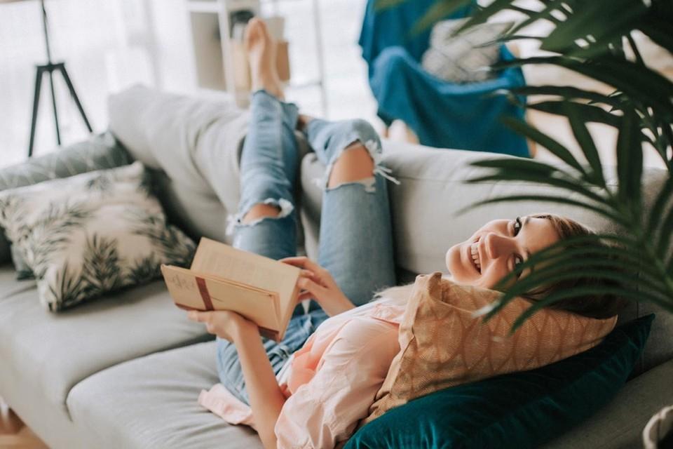 Новые книги всех жанров и направлений, которые помогут вам скоротать майские праздники в своей квартире