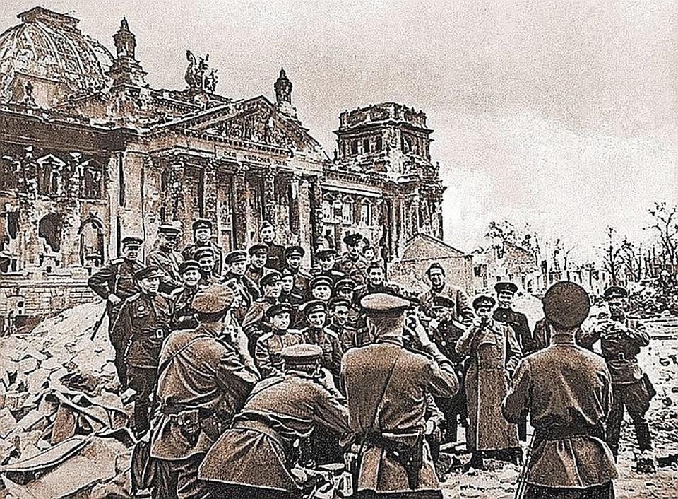 Необычный снимок: советские военкоры у Рейхстага фотографируют друг друга. Берлин, 5 мая 1945 г.