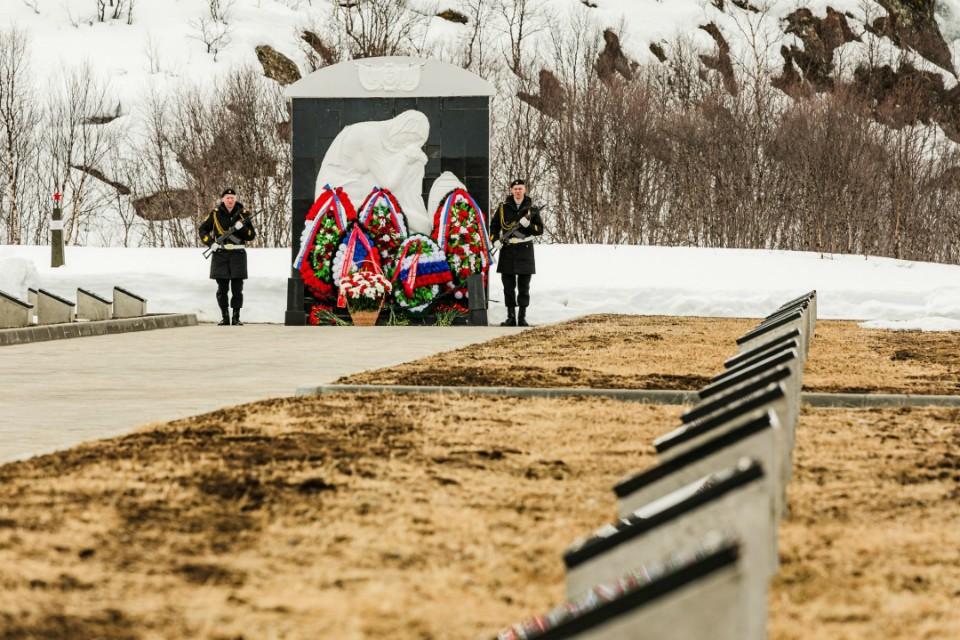 Официальные лица возложили цветы и венки к монументу «Звезда» и памятнику «Скорбящая мать». Фото: правительство МО