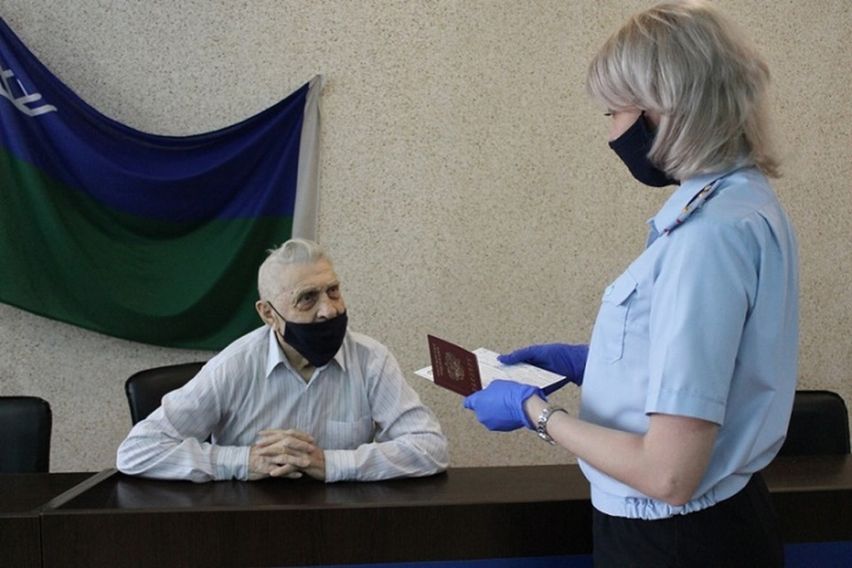 Ветеран Великой Отечественной войны получил российский паспорт в Сургуте. Фото УМВД по ХМАО.
