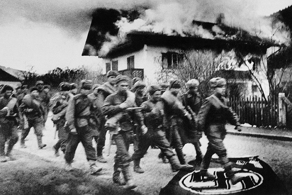 Советские пехотинцы на подступах к Берлину. 1945 год. Автор: Евгений Халдей/ТАСС.