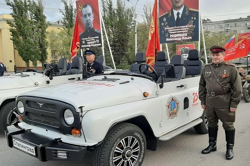 Андрей Бочаров прокатился в колонне на военном кабриолете.