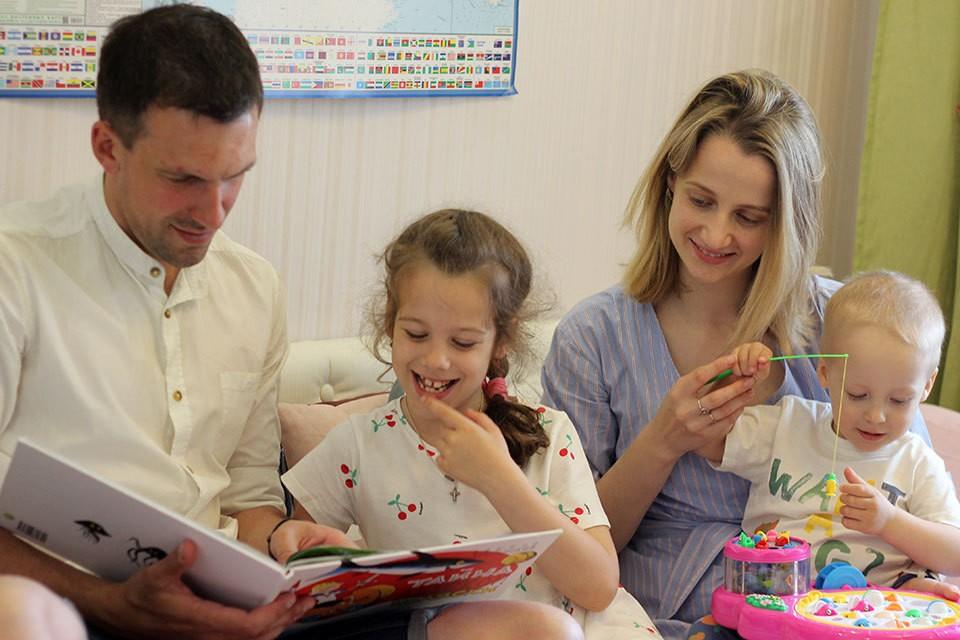"""Семейное чтение - одна из любимых традиций Ушаковых. Фото: АО """"СНПЗ"""""""