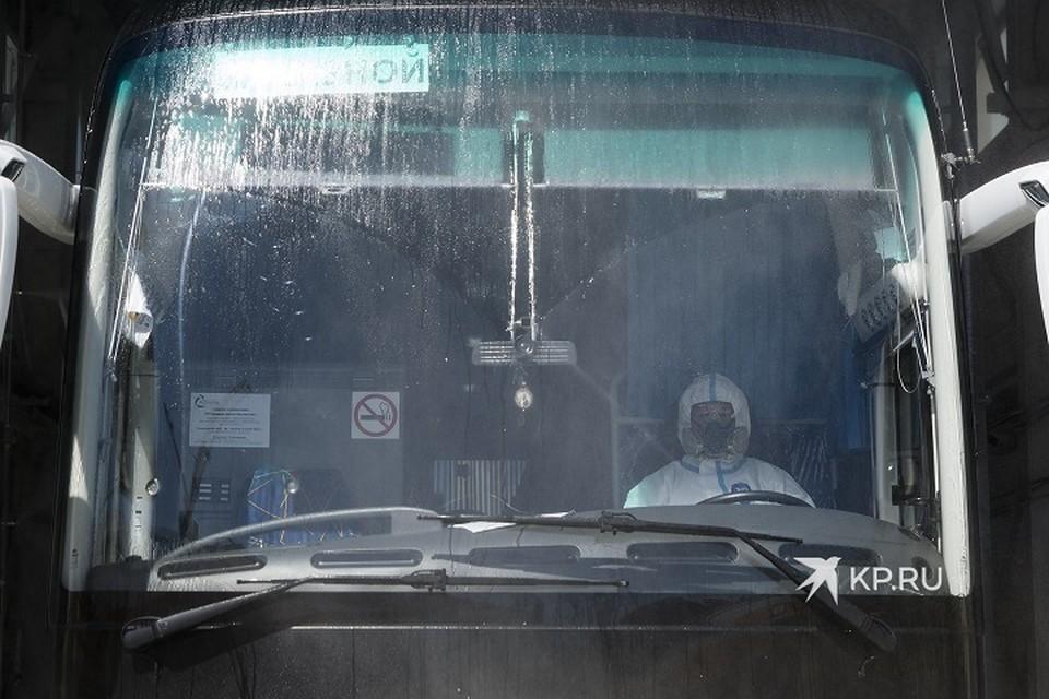 """В Верхней Пышме автобусы и машины """"скорой"""" обрабатывают от коронавируса с помощью специального дезбарьера"""