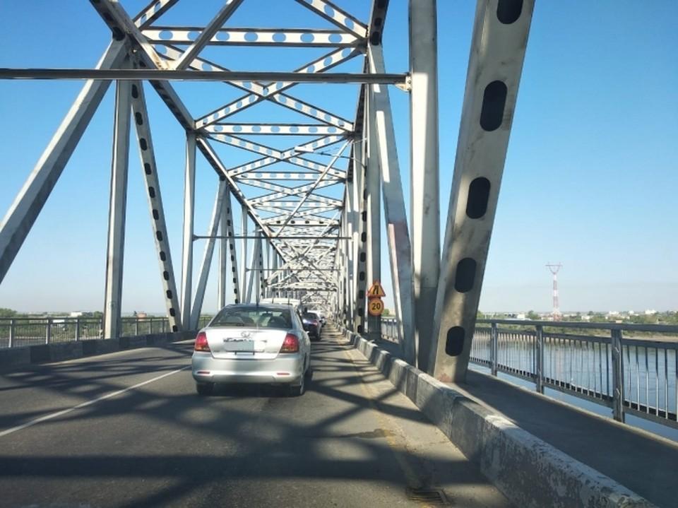 Ремонтники приступают к активным работам на мосту. Фото: admblag.ru