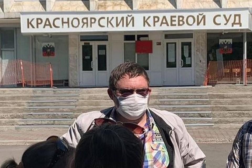 В Красноярске у здания краевого суда задержали подозреваемого мошенника федерального масштаба. Фото: Newslab.ru
