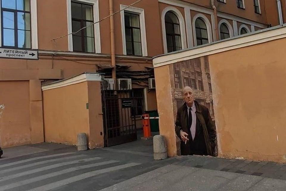 Портрет Бродского смотрел на свой дом меньше суток. Фото: instagram.com/urbanfresco/