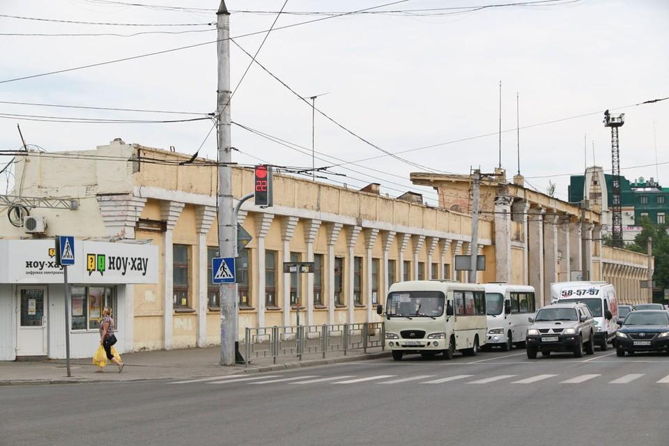Грязная желто-белая стена рядом с Мемориалом Славы - это трибуна стадиона «Локомотив».