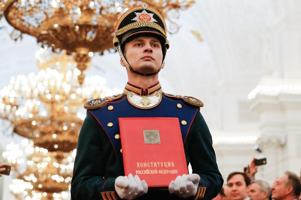 Статья 15 нашей Конституции прямо ставит международное право выше российского. Фото: Александр Земляниченко/ТАСС