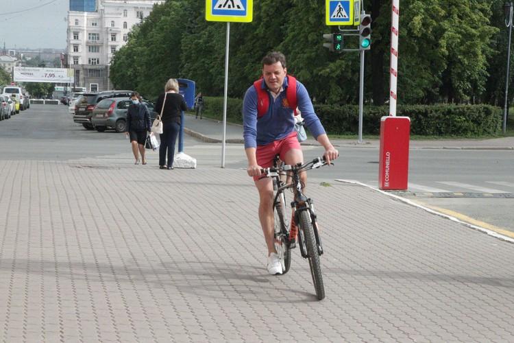 Пресс-секретарь главы Челябинска Владимир Сафонов 3 июня отправился на работу на велосипеде. Фото соцсети.