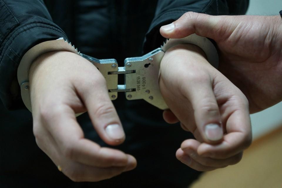 Полицейский незаконно прибегнул к физической силе.