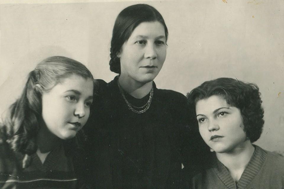 Мария (слева) с мамой и сестрой Раисой жили в оккупированном Гомеле. На фото – в 1954 году. Фото: личный архив.