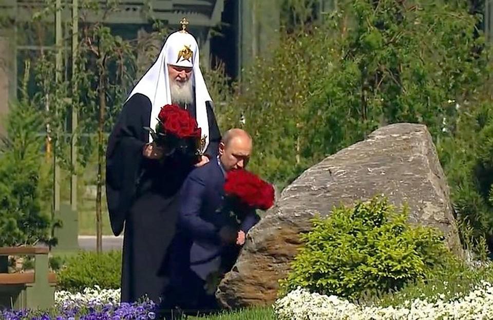 Путин преклонил колено перед памятником Матерям победителей